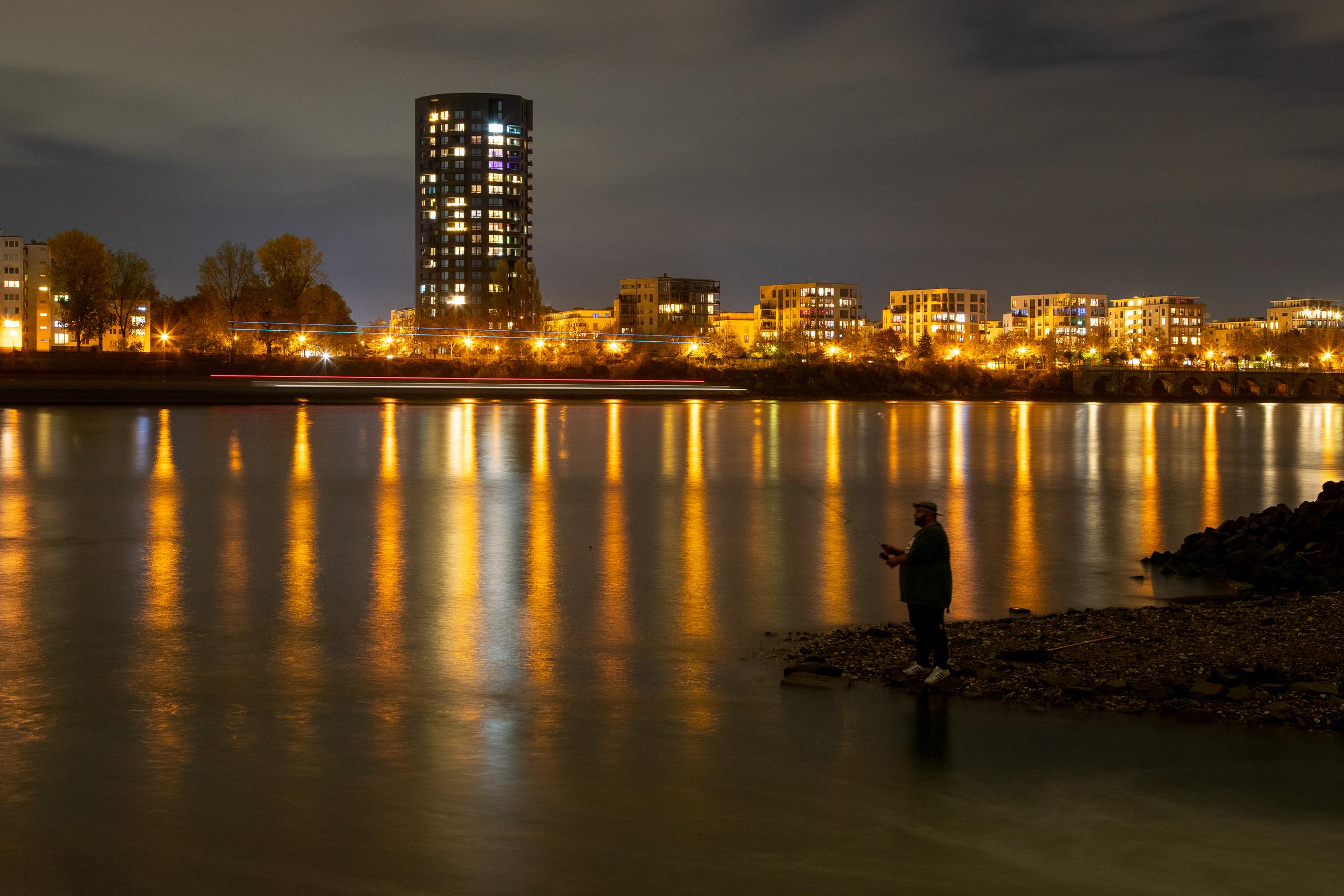 Flo angelt rechts am Warmwassereinlauf (Rhein in Köln, RheinEnergie, Heizkraftwerk Niehl)